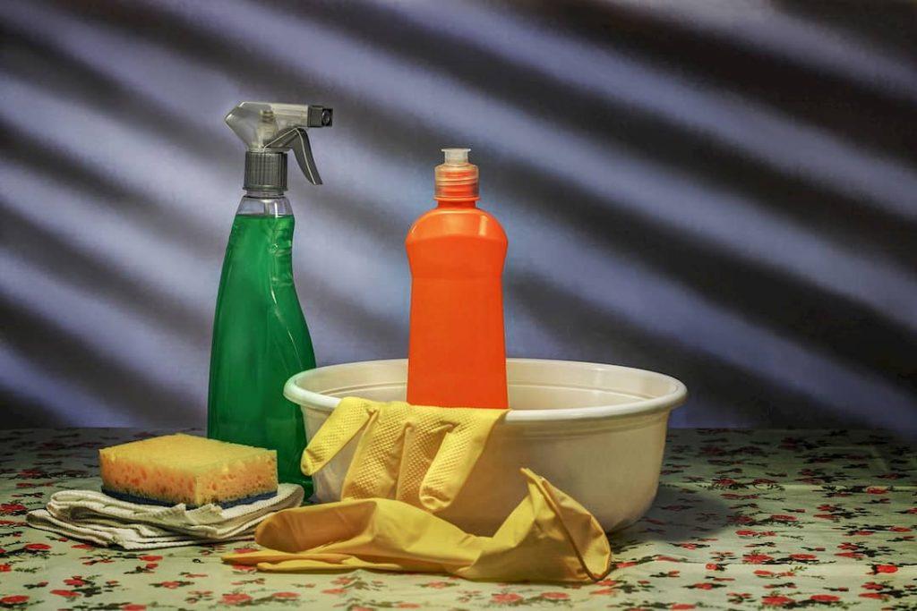 cómo quitar el moho del baño